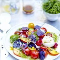 Salade de tomates fruits fleurs et burrata au basilic pourpre