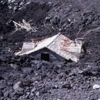Maisons semi englouties dans la lave