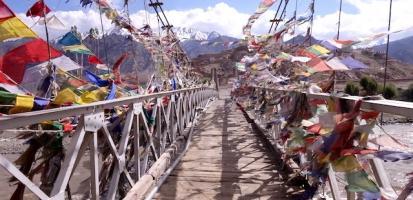 Pont magnifique avec des centaines de drapeaux tibetains